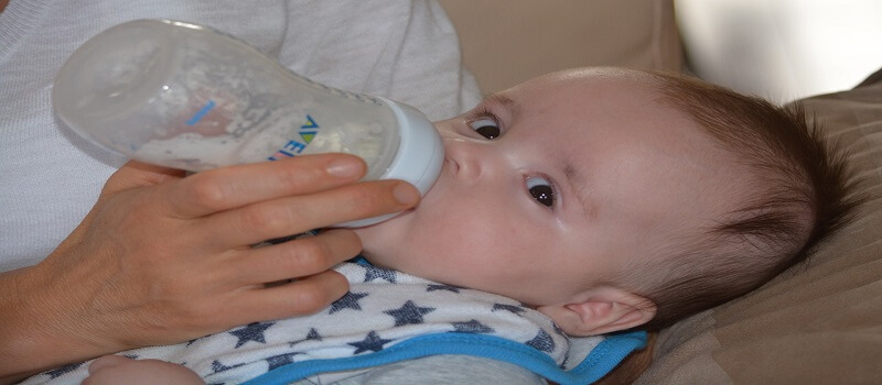 beba se znoji po glavi dok jede